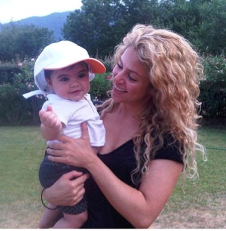 Shakira without makeup with kid